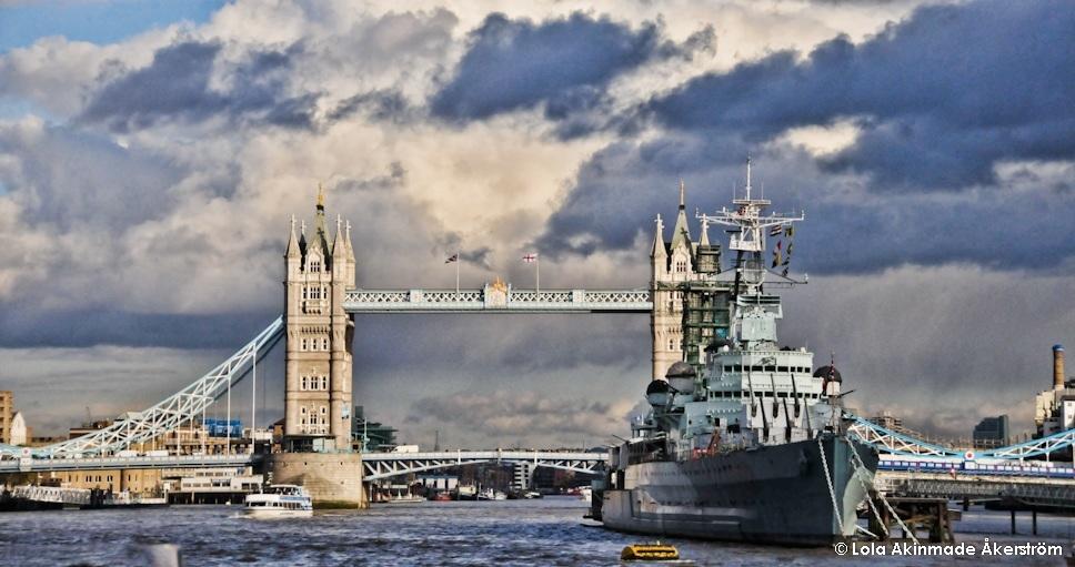 London bridge, England - Travel Photography by Lola Akinmade Åkerström